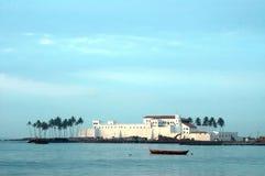 Castello di Elmina attraverso acqua Fotografia Stock