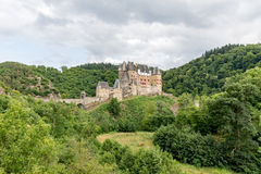 Castello di Eltz, un castello medievale situato su una collina fotografie stock libere da diritti