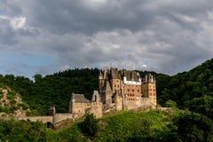 Castello di Eltz, un castello medievale situato su una collina nella foresta immagine stock