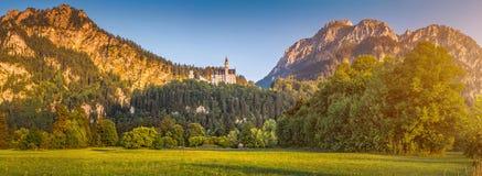 Castello di fama mondiale del Neuschwanstein alla bella luce di sera, Baviera, Germania Fotografia Stock Libera da Diritti