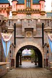Castello di fantasia con le bandiere ed il portone del ferro Fotografia Stock Libera da Diritti