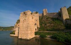 Castello di Golubac sul fiume di Danubio in Serbia fotografia stock libera da diritti