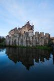 Castello di Gravensteen sopra lo stagno, Gand Immagini Stock