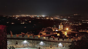 Castello di grimaud alla notte, Francia Immagine Stock