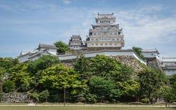 Castello di Himeji con il parco un chiaro, giorno soleggiato con molti verdi Himeji, Hyogo, Giappone, Asia immagine stock