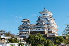 Castello di Himeji nel Giappone contro un chiaro cielo blu Fotografia Stock