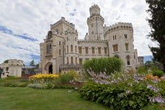Castello di Hluboka e dei fiori immagini stock