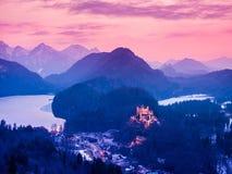 Castello di Hohenschwangau alla notte nelle alpi bavaresi, Germania Fotografia Stock Libera da Diritti