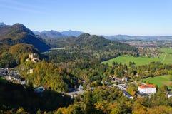 Castello di Hohenschwangau ed alpi bavaresi Immagine Stock