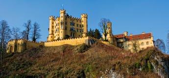 Castello di Hohenschwangau nelle alpi bavaresi della Germania Panorama Fotografie Stock Libere da Diritti