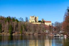Castello di Hohenschwangau, vista del lago Alpsee, paesaggio in primavera, fogliame di caduta dell'acero rosso, Baviera, Germania Fotografie Stock