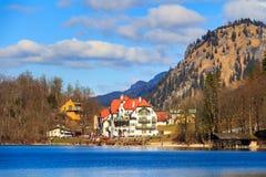 Castello di Hohenschwangau, vista del lago Alpsee, paesaggio in primavera, fogliame di caduta dell'acero rosso, Baviera, Germania Fotografia Stock