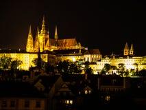 Castello di Hradcany e st Vitus Cathedral alla notte Fotografia Stock