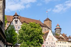 Castello di Kaiserburg a Norimberga con sinwellturm in Baviera Germania immagine stock libera da diritti