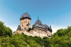 Castello di Karlstejn Albero nel campo Repubblica ceca fotografie stock