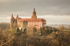 Castello di Ksiaz sulla collina prima del tramonto Fotografia Stock Libera da Diritti