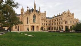 Castello di Lednice in autunno, repubblica Ceca, Moravia del sud stock footage
