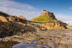 Castello di Lindisfarne dalle rocce Fotografia Stock Libera da Diritti