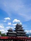 Castello di Matsumoto contro cielo blu Immagine Stock Libera da Diritti