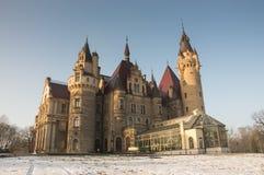 Castello di Moszna, bella architettura nell'inverno Immagini Stock