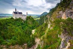 Castello di Neuschwanstein nelle alpi bavaresi Immagine Stock