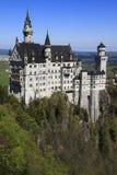 Castello di Neuschwanstein nelle alpi bavaresi Immagini Stock Libere da Diritti