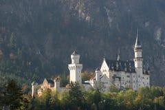 Castello di Neuschwanstein sulle colline Fotografie Stock Libere da Diritti