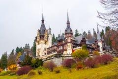 Castello di Peles, Sinaia, Romania Annuvolamento un bello giorno di autunno fotografia stock libera da diritti