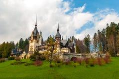 Castello di Peles, Sinaia, Romania Cielo blu e nubi bianche Immagini Stock Libere da Diritti