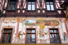 Castello di Peles, Sinaia, Romania Pareti dipinte cortile interno fotografia stock