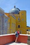 Castello di Pena con il viaggiatore con zaino e sacco a pelo, Sintra, Portogallo Immagine Stock Libera da Diritti