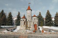 Castello di pietra nel parco con gli alberi Immagine Stock