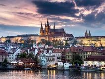 Castello di Praga al crepuscolo Immagini Stock