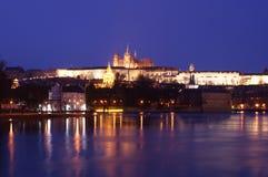 Castello di Praga alla notte Immagini Stock Libere da Diritti