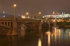 Castello di Praga alla notte, repubblica Ceca Fotografie Stock