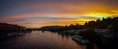 Castello di Praga alla repubblica Ceca di tramonto Immagini Stock