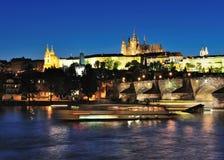 Castello di Praga & ponticello del Charles alla notte Fotografia Stock