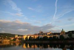 Castello di Praga che si rispecchia sopra il fiume di Vltava Fotografie Stock Libere da Diritti