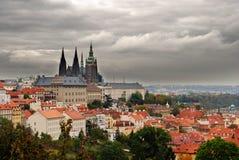 Castello di Praga con belle nubi fotografie stock libere da diritti
