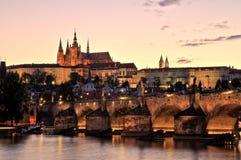 Castello di Praga con Charles Bridge al crepuscolo immagini stock libere da diritti