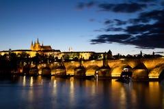 Castello di Praga con Charles Bridge al crepuscolo fotografie stock