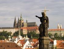 Castello di Praga con la statua Fotografia Stock Libera da Diritti