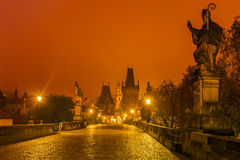 Castello di Praga e Charles Bridge alla notte, repubblica Ceca immagine stock
