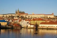 Castello di Praga e Malastrana sopra il fiume della Moldava Fotografia Stock Libera da Diritti