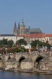 Castello di Praga e ponticello del Charles Immagini Stock