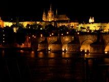 Castello di Praga e ponticello di charles alla notte Immagini Stock Libere da Diritti