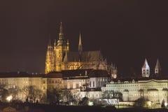 Castello di Praga e st Vitus Cathedral alla notte nell'inverno Immagine Stock