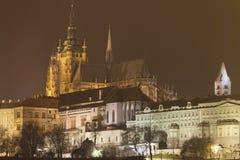 Castello di Praga e st Vitus Cathedral alla notte nell'inverno Immagine Stock Libera da Diritti