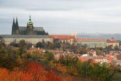 Castello di Praga ed i sui dintorni nei colori di caduta fotografia stock libera da diritti