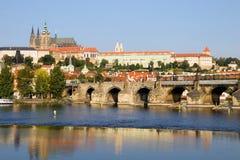 Castello di Praga ed il ponticello del Charles fotografie stock libere da diritti